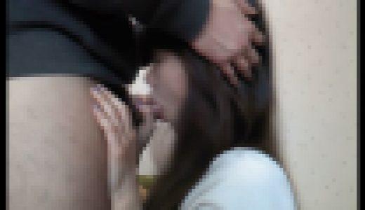 垂れ下がったボーイフレンドの深い喉を曲げて髪を吹き