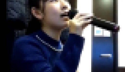 カラオケで雪の華を歌う女の子